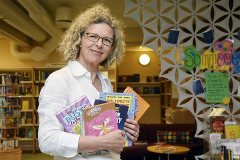 Biblioteksjef Hanne Stuve sier biblioteket også er bygdas møteplass.