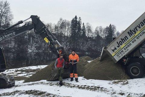 Anders H. Modalen og Vegard Aspelund ved det som skal bli ny badeplass.