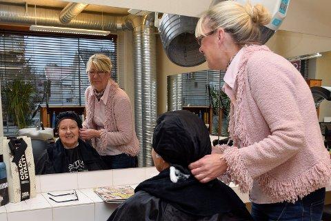 Hverdagen: Gro har jobbet som selvstendig næringsdrivende frisør på Nordre torg i mange år. Her er det Laila Dyrhaug som får «pleie».