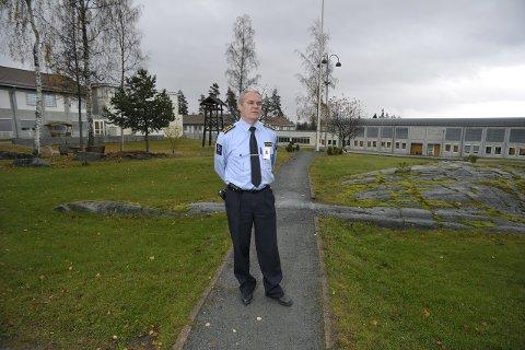 Fengselsleder Håkon Melvold søker om penger fra Helsedirektoratet til å kurse fengselsbetjenter i å se tegn og symptomer på at innsatte kan være suicidale.