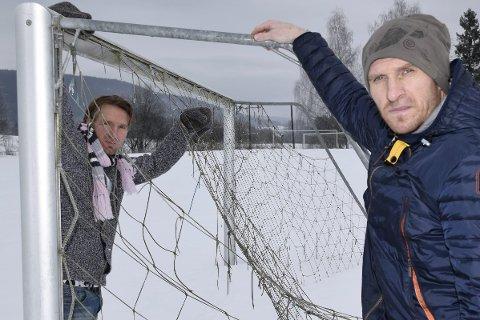 Rune og Erik Hagen er blant dem som går imot salg av Veme stadion.