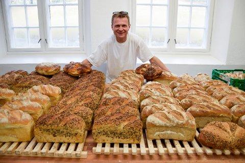 I løpet av en natt bakes det opptil 200 brød og 150 boller i Det øde bakeri.