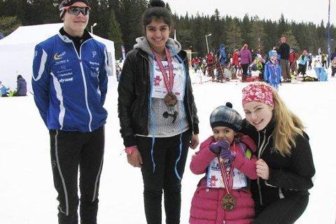Elever ved idrettslinja ved Ringerike videregående lærte barna på mottaket å gå på ski på Ringkollen nylig under barnas skidag.