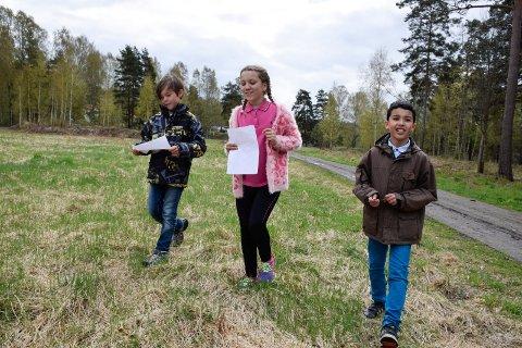 Er Petersøya det beste friluftsstedet i Ringerike? Her er Bleona, Yasin og Noah på stjerneorientering.