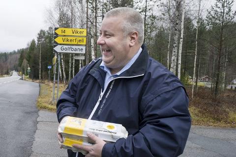 GLEDE I ÅDAL: Ole Ringerud (til venstre) har grunn til å smile. I fjor høst tok han imot statssekretær Bård Hoksrud (til høyre) på Ringmoen. Nå ser det ut til å gå mot en løsning for krysset, etter at kommune, fylke og vegvesen har vært i møte.Foto: Frode Johansen