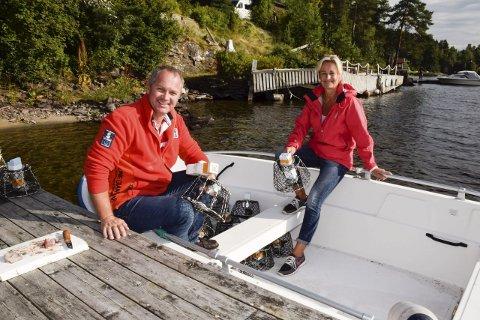 TOK OPP TRADISJON: Even Frogh har tatt opp tradisjonen fra guttedagene. Han og Inger Lise Øen håper å fange så mye kreps at det holder til et krepselag i alle fall på Utstranda.