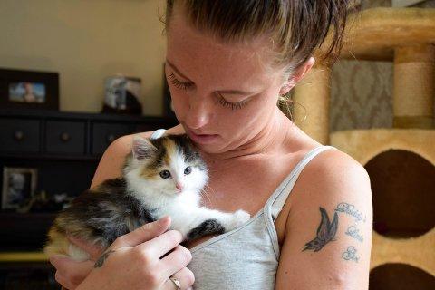 Aileen Orebråten med en av de 11 kattene hun er fostermor for.