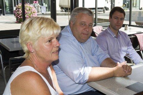Stortingsrepresentant Bård Hoksrud (Frp) og lokalpolitiker Magnus Herstad (Frp) troppet opp på Hønefoss omsorgssenter der Else Torun Wilhelmsen jobber.