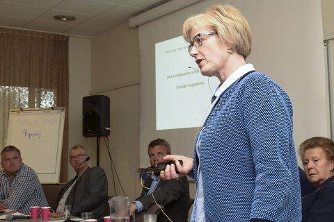 Ellen Bøvre hadde klar tale til politikerne, blant andre Høyre-kandidatene Dag E. Henaug, Runar Johansen og Dag Øivind Henriksen (t.v.).