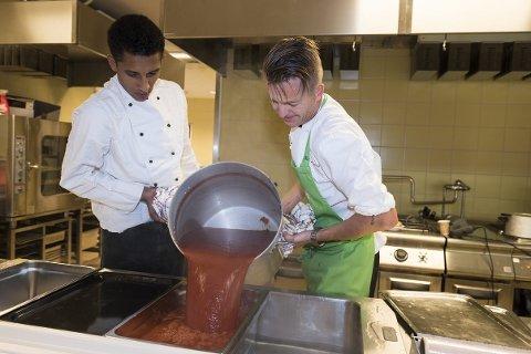 Monir fra Marokko hjelper kjøkkensjef Bent Borge Hansen fra Sundvolden hotel.