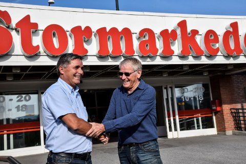 Smørblid stemning mellom Haakon Tronrud og Oddvar Røysi, når salget av Ringerike stormarked nå er i boks.
