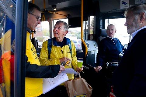 Geir Gysfjord (i midten i gul jakke) ble tatt godt i mot på bussen han skulle ta inn til Oslo. Bilen parkerte han for anledningen.