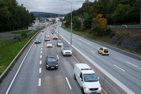 Bilorganisasjonen NAF gjennomfører tirsdag morgen et eksperiment langs E18 inn til Oslo hvor de forsøker å ta ut rundt 600 biler ut av morgenrushet for å unngå kø. Tirsdag morgen var det bedre flyt i trafikken ved 8-tiden, ifølge NAF.