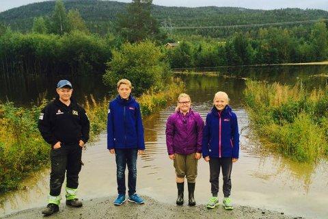 I bakgrunnen ser du en del av skoleveien til Emil A. Bråten (13), Håvard Hagen (14), Emma A. Bråten (11) og Guro Hagen (11). I morges ble det traktor, i ettermiddag trolig båt som frakter dem hjem.
