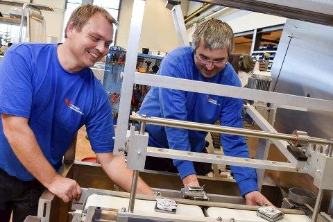 – Det er veldig lett å komme inn i miljøet her, sier Jan Eldor Willand (til venstre) og Jan Erik Egge. De er to av 19 tidligere Nor-Reg-ansatte som har fått jobb hos Tronrud Engineering på Eggemoen. Selve jobben er den samme som de har hatt tidligere, montasje av pakkemaskiner.