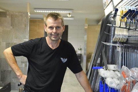 Tom Freddy Poverud fra Vestfossen åpnet nylig Flisutsalget i Hønengaten, med Kremmertorvet som nærmeste nabo.