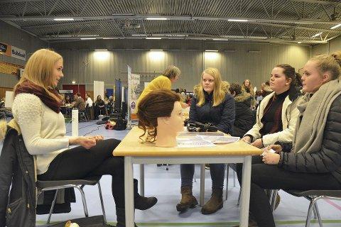 Frisør Neneva Rambø fra Cebrina i prat med elevene Camilla Bjerkely Arnesen, Sandra Bjerkås og Emilie Skedsmo.