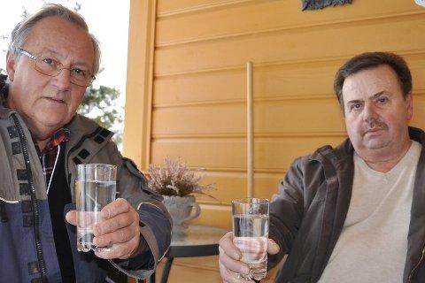 Er det trygt å drikke? Olav Simon og Arild Andersen er bekymret for om drikkevannet deres er forurenset etter diesellekkasje hos naboen i åsen over, John Myrvang AS.