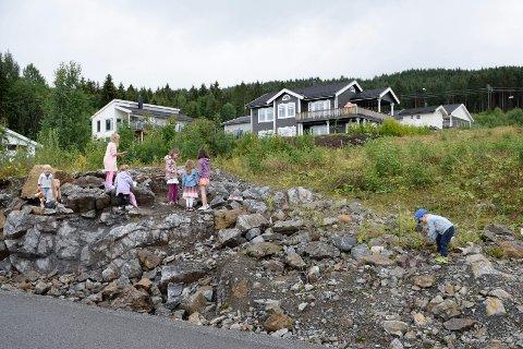 Foreldre og barn har savnet lekeplass på dette området i Rønnerudmarka. Kommunestyret i Jevnaker valgte å ikke nedlegge bygge- og deleforbud på grunn av at området ikke er ferdigstilt, men tar saken opp igjen i november.