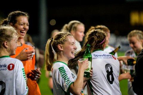 Ida Kristine Løvbrøtte feirer opprykket til 2. divisjon med damelaget til HBK