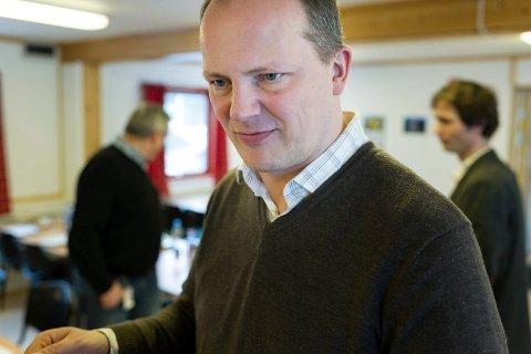 FORSINKELSE: Samferdselsminister Ketil Solvik-Olsen (Frp) fastslår at Jevnakers bomvedtak har vært med på å forsinke veibyggingen, men nå ber han Vegdirektoratet finne en løsning.