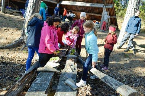 Hole SFO: Holes SFO-barn er samlet på Vik skole denne høstferien. Her koser de seg med å lage barkebåter.