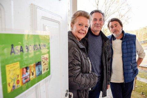 Viera Rozmara-Frydenlund, Anders Skarsgard og Thomas Røseth Hansen i Åsa Vel ved inngangen til bygdas nye bibliotek.