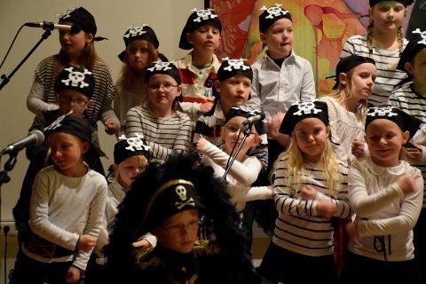 Sjørøverne fra andreklasse på Hallingby skole i Det store korslaget.