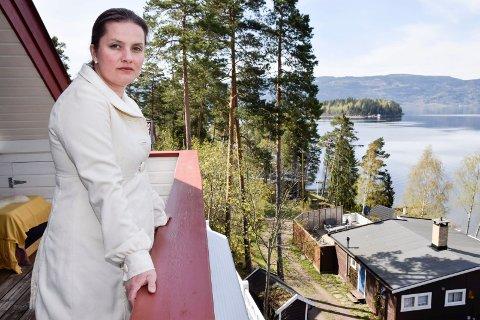 Maria Holtane-Berg og de andre naboene er svært kritiske til det foreslåtte minnestedet.