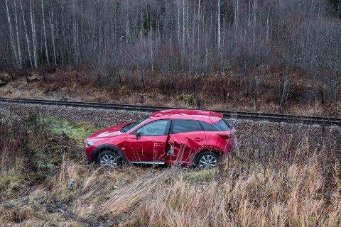 Den ene bilen havnet i grøfta, i nærheten av toglinja.