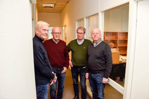VIKTIG TILBUD: Mentorene Morten Huseby (fra venstre), Leif Grønnevik og Jan Lafton (til høyre). Her er de sammen med Svein Eystein Lindberg i Ringerike Etablerersenter.