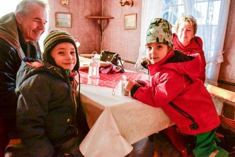Besøk fra Oslo: Mikkel (6 1/2) og Selma (4) hadde reist helt fra Oslo for å besøke Riddergårdens julemarked med sine besteforeldre.