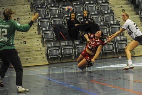 Tæl og vilje: Marthe Gruer scoret fire mål, og var sterkt delaktig i snuoperasjonen som gjorde at HSK-jentene vant 30–24.