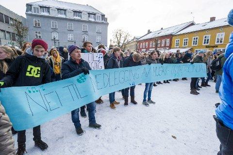 Aksjon på Søndre torg mot nedlegging av musikk (MUA), media og idrettslinja i Hønefoss.