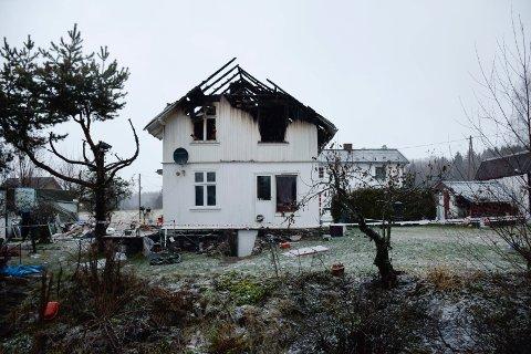 Nabohuset i bakgrunnen var ifølge brannvesenet ikke i fare.