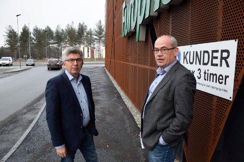 OVERRASKET: Utviklingsdirektør i AKA AS, Terje Dahlen (til høyre), og daglig leder Paal E. Haakensen er overrasket over at sentrale politikere plutselig er for dagligvarehandel på Hvervenkastet. Skeidar-bygningen i bakgrunnen.