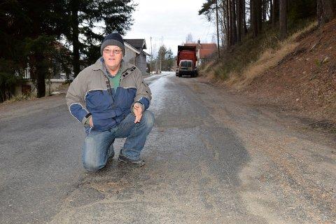 PÅ TIDE: - Det er på tide, sier Olav Simon, glad for at kommunen skal bruke millionbeløp på veien på Hen.