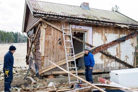 Erik Moe Haugen og Einar Lauritsen legger siste hånden på jobben med å sikre huset før transporten.