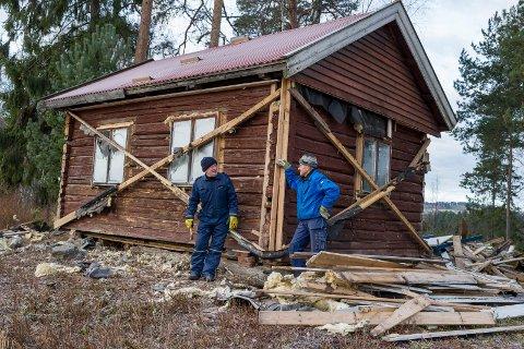 Erik Moe Haugen og Einar Lauritsen sikrer bygget før det skal fraktes på lastebilen.