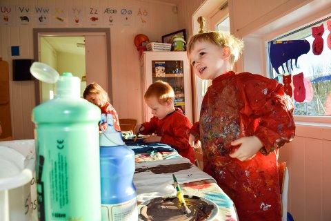 – Jeg skal lage et kjempestygt troll, forteller Aksel. Han, Patrik, Jenny og de andre barna i Bergebakken barnehage gleder seg veldig til fest med egenproduserte kostymer.