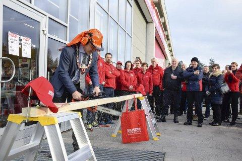 Ordfører Lars Magnussen saget over planken som markerte åpningen av den femtende varehuset til Gausdal Landhandleri.
