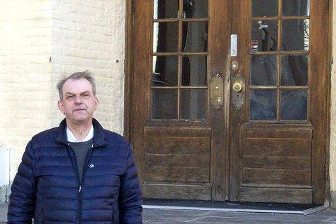Runar Johansen (H) ved trappa ved Hønefoss skole, hvor han selv gikk som barn. Han vil beholde skolen og bygge den ut. Saken kan bli vurdert på nytt.