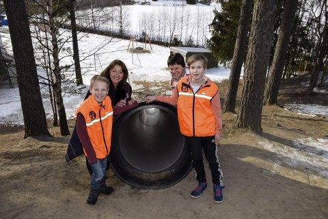 VELKOMMEN: Arne Småbråten, Åse Ragnhild Sveen, Bente Tandberg og Theodor Høvset ønsker elever velkommen aktiv vinterferie på Veien. Denne sklia er en rå avslutning på skolens hinderløype.