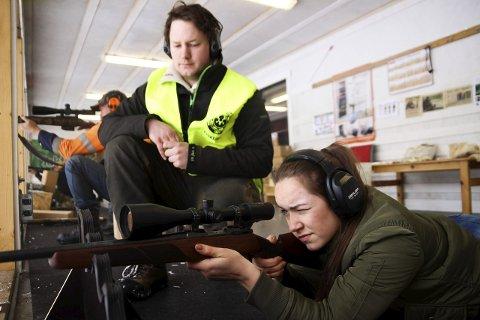 Marius Hammerstad overvåker det hele. Kim fra Pulsredaksjonen er ikke skuddredd.