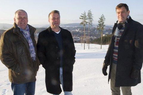 Strålende fornøyd: Frank Engejordet, distriktssjef i Block Watne gleder seg til å utvikle Tanberglia som han har kjøpt av Dag E. Henaug og Frederik Skarstein. Utsikt mot Hønefoss er med på kjøpet.
