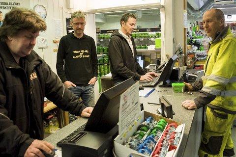 Rune Øverstad, Per Erik Hagen og Morten Edvardsen er glade for faste kunder som Ole Kristian Oppen, og har tro på XL-bygg på Hensmoen også når store byggevarehus åpner.
