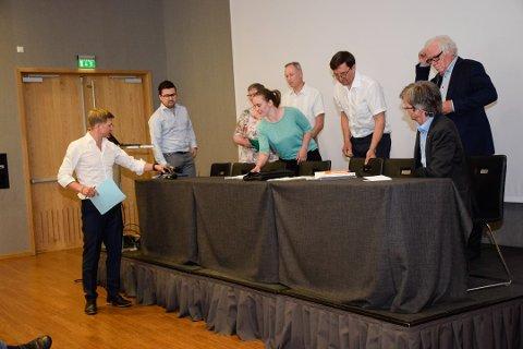 Folkemøte i Hole om kommunereform / sammenslåing. Arrangert av Hole Høyre. Panelet besto av:  Christopher Wand (H), Hege Fossum (Krf), Torbjørn Røberg (V), Isabella Tangen (Ap), Eirik Nørgaard (H), Bjarne Jensen og Paul Chaffey. Ordstyrer var Svein Tore Bergestuen.