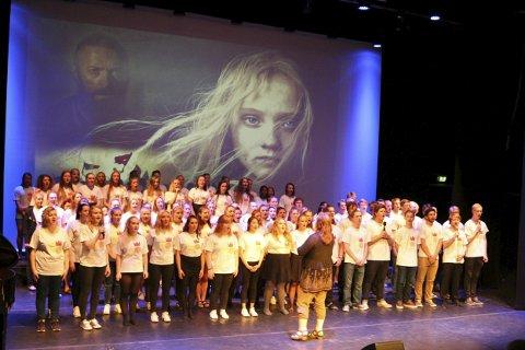 Koret sang en medley fra Les Misérables.