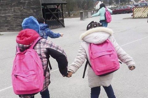 Barna løper inn i skolegården på Hønefoss skole.
