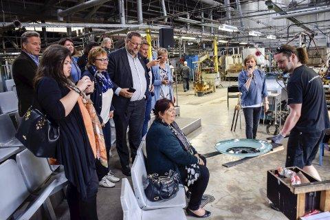 Glassblåserkunsten til Milan Zahradnik gjorde inntrykk på politikerne i Kulturkomiteen på Stortinget. Bookingansvarlig Torill Jacobsen ved Hadeland Glassverk var guide for gjestene i glasshytta og galleriet mandag.